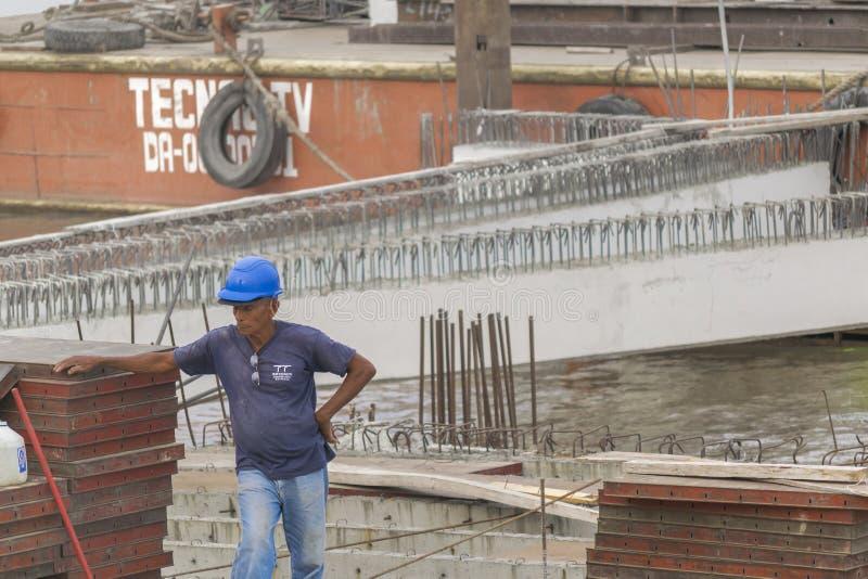 Travailleur de la construction Resting de vieil homme à Guayaquil Equateur photo libre de droits