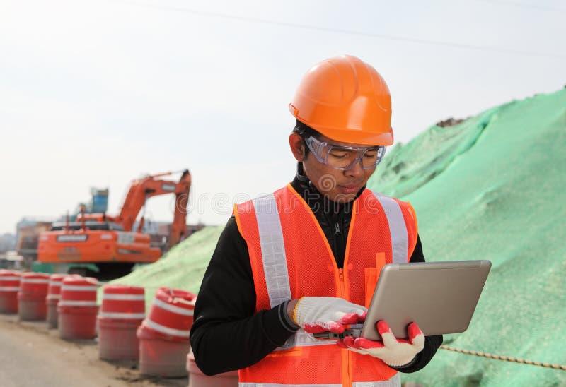 Travailleur de la construction sur le site d'emplacement photographie stock libre de droits