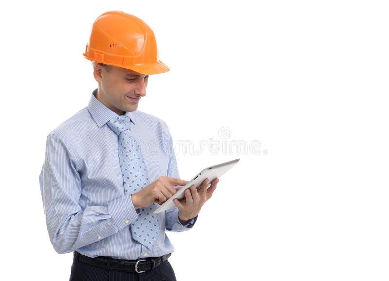 Travailleur de la construction travaillant au comprimé photo stock