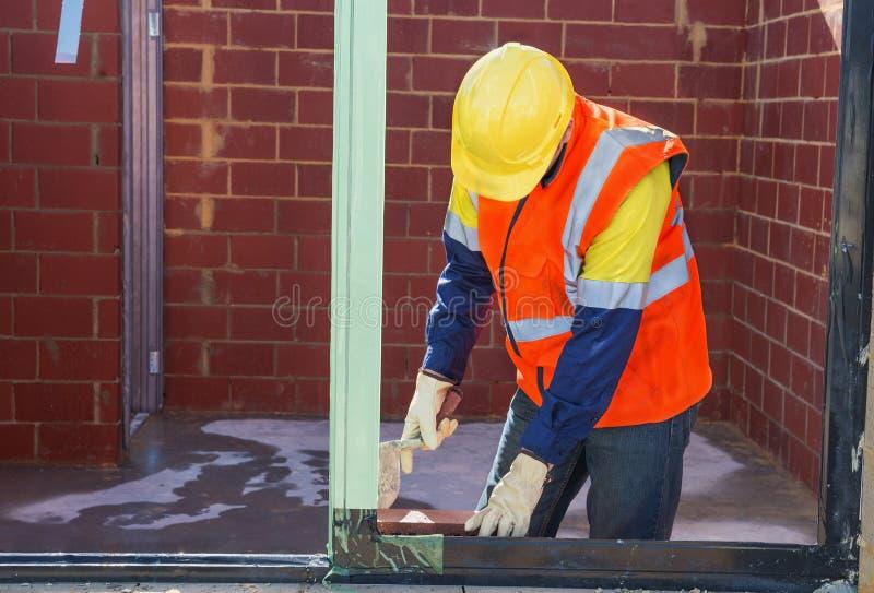 Travailleur de maçon sur le chantier de construction photo stock