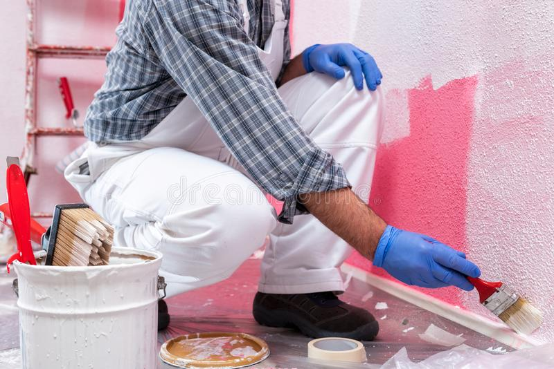 Travailleur de peintre de Chambre au travail dans le chantier de construction Construction photos stock
