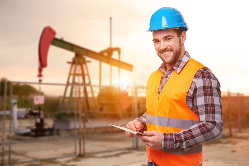 Travailleur de raffinerie avec le comprimé numérique photos stock