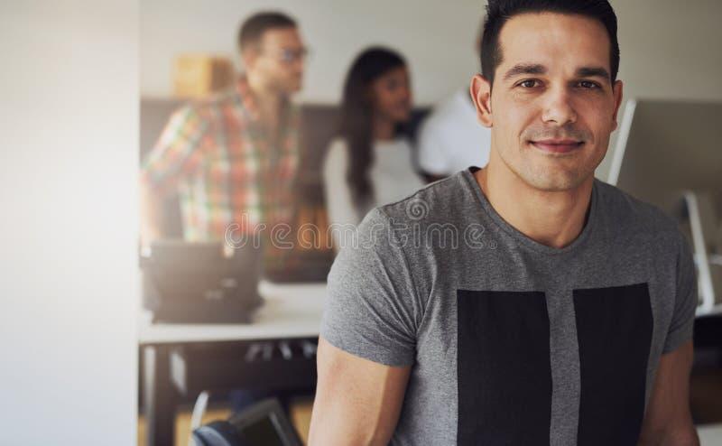 Travailleur de sexe masculin beau dans le petit bureau image libre de droits