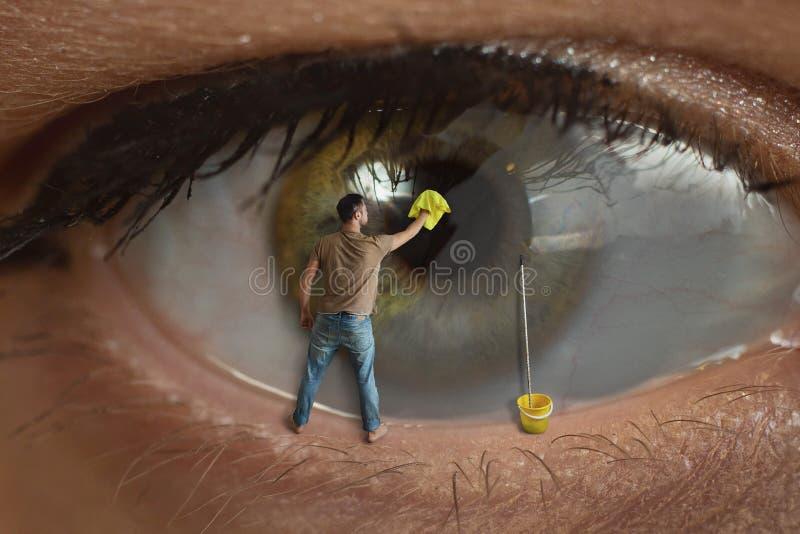 Travailleur de sexe masculin nettoyant la surface de l'élève de l'oeil avec du chiffon Concept de vue saine, conjonctivite et images stock