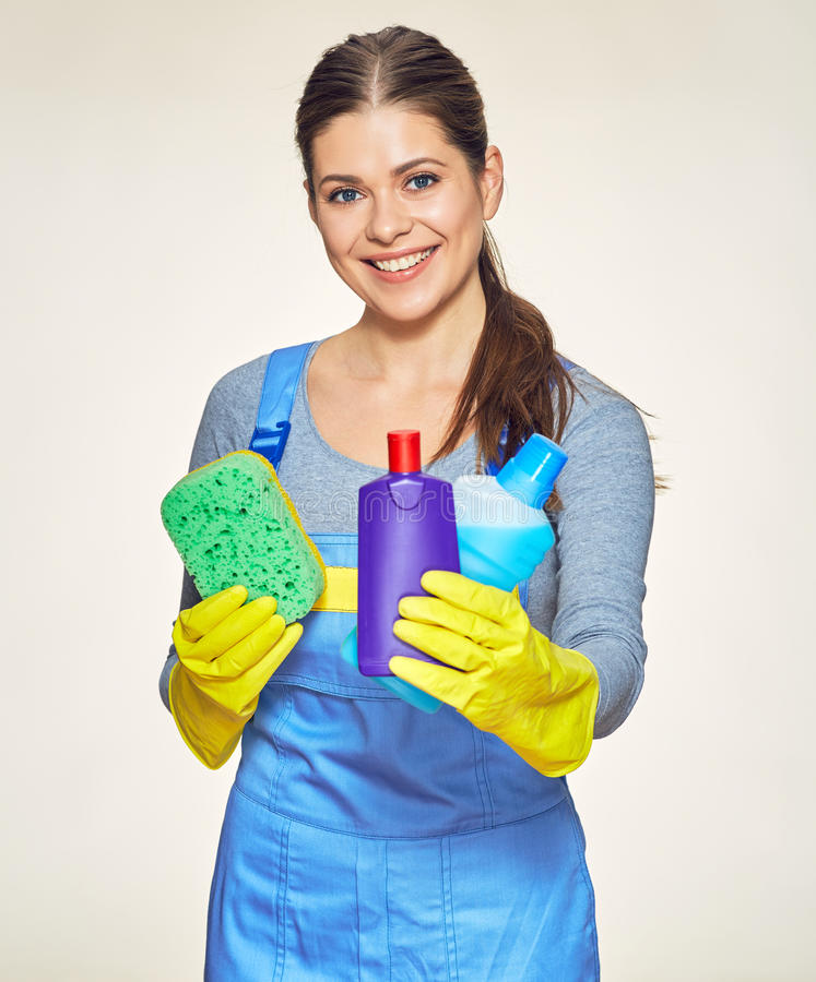Travailleur de société de nettoyage de femme tenant l'équipement pour le hou de nettoyage photos stock