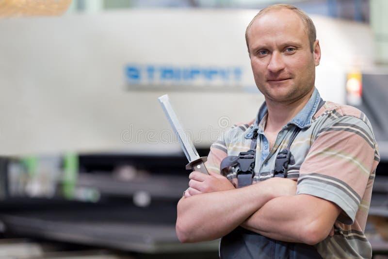 Travailleur de sourire d'homme d'usine de portrait photographie stock libre de droits