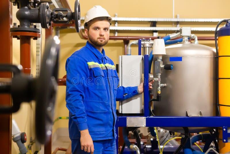 Travailleur de technicien sur la raffinerie de pétrole et de gaz images stock