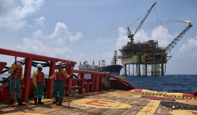 Travailleur en mer à l'opération de levage d'angsi du sud photos stock