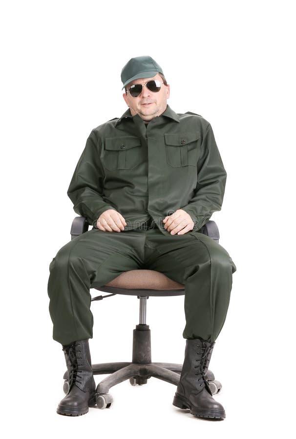 Travailleur en verres se reposant sur la chaise. image libre de droits