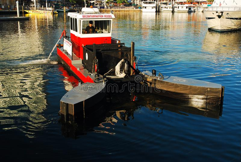 Travailleur environnemental dans l'eau photographie stock