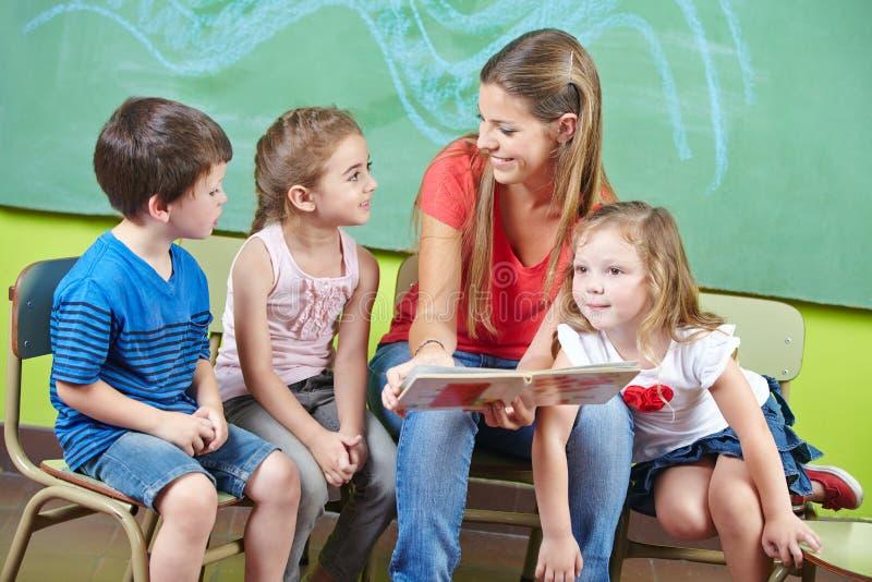 Travailleur et enfants de garde d'enfants photos stock