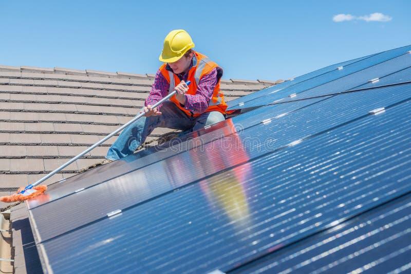 Travailleur et panneaux solaires photos stock