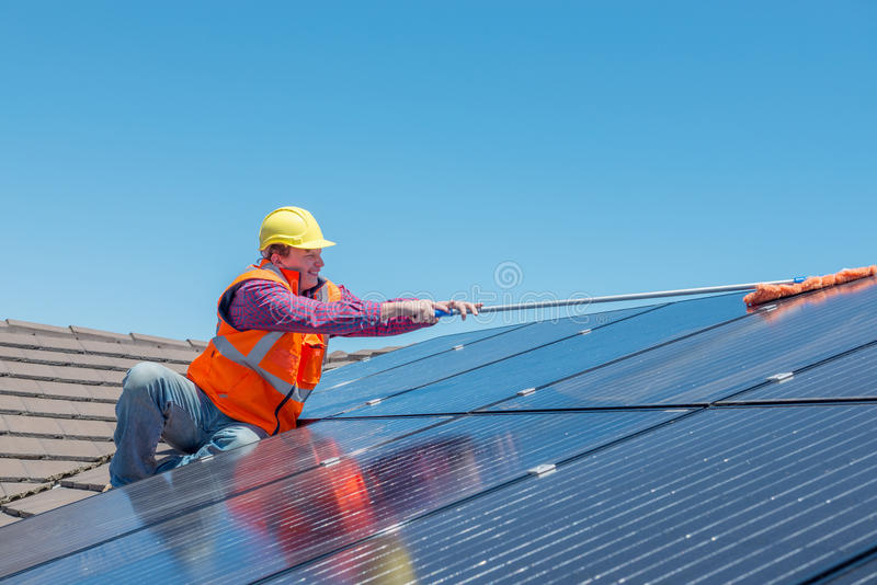 Travailleur et panneaux solaires photographie stock libre de droits
