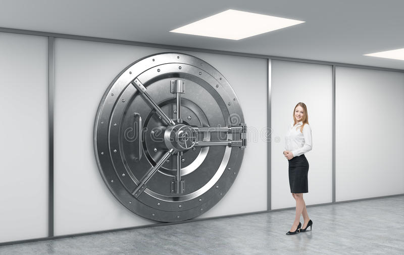 Travailleur féminin de banque se tenant devant un grand métal rond verrouillé illustration de vecteur