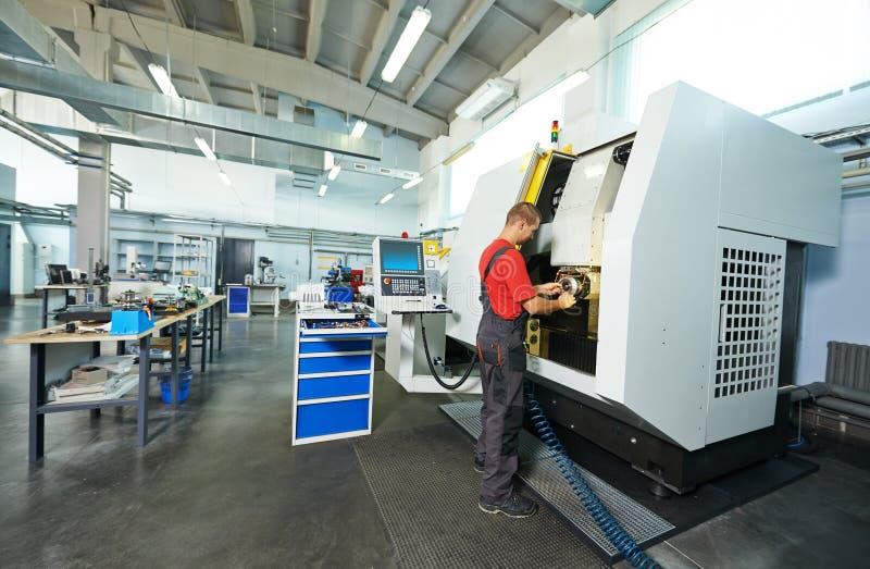 Travailleur industriel à l'atelier d'outil image stock