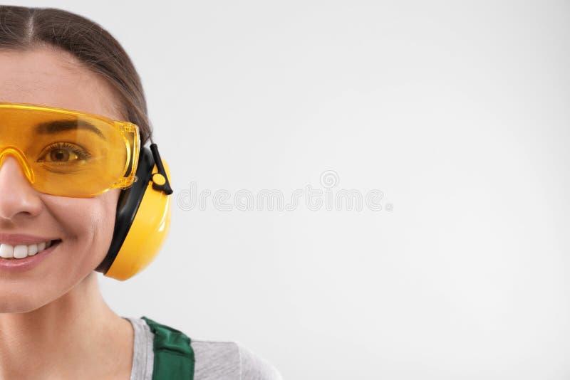 Travailleur industriel féminin dans l'uniforme sur le fond clair, l'espace pour le texte image stock