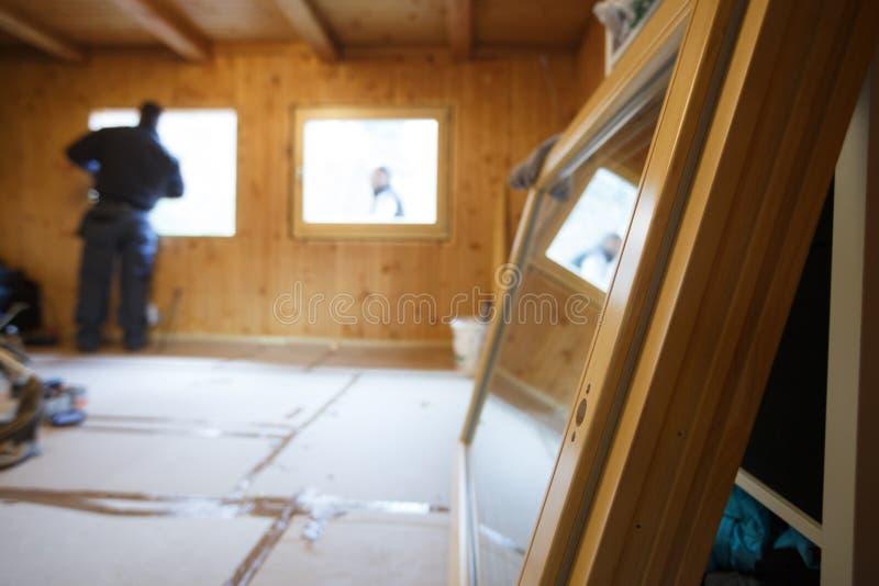 Travailleur installant de nouvelles fenêtres en bois photos libres de droits