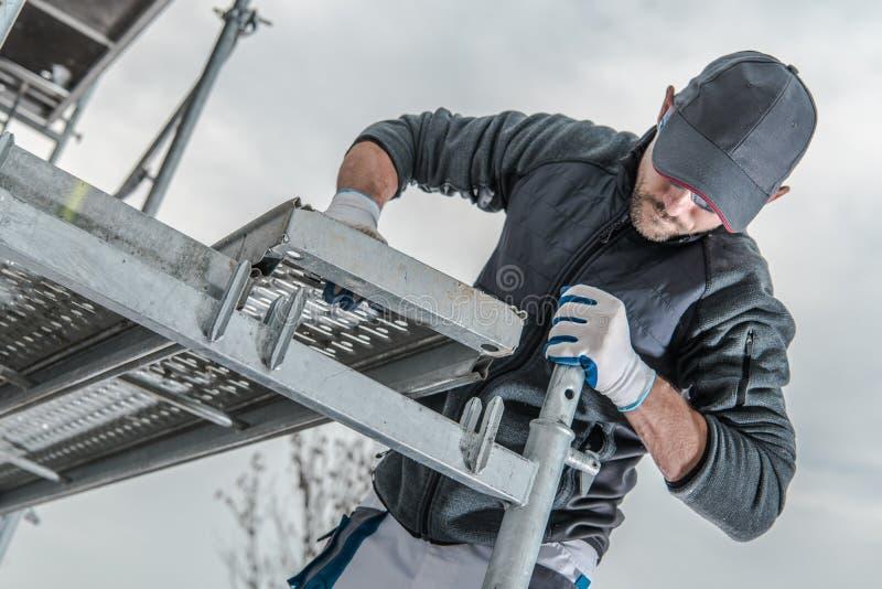 Travailleur installant l'échafaudage photographie stock libre de droits