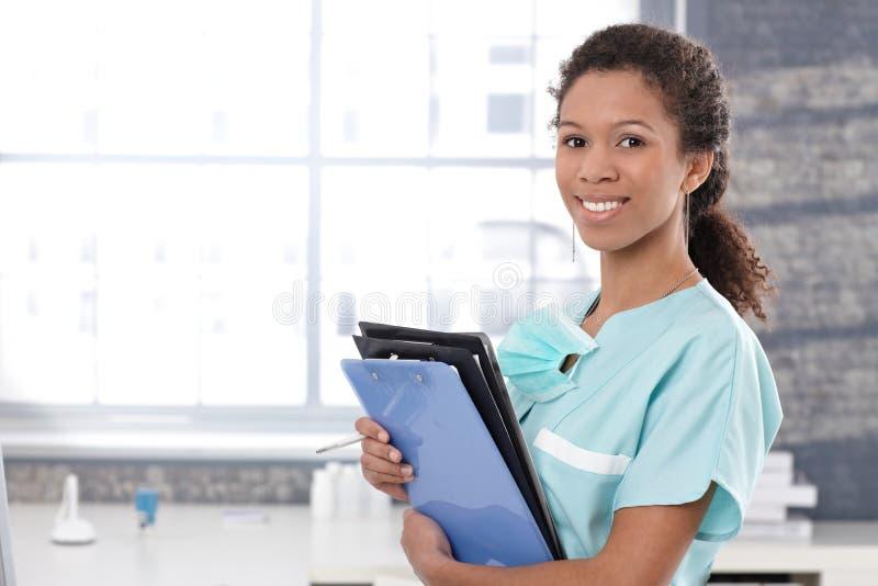 Travailleur médical heureux avec des feuilles de cas photographie stock libre de droits