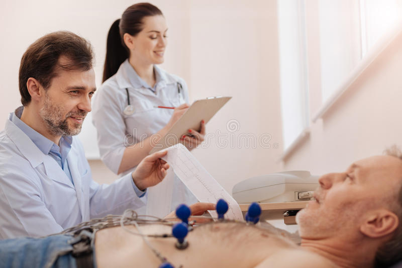 Travailleur médical important aidant son collègue image libre de droits