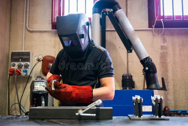 Travailleur métallurgique de soudeuse photo libre de droits