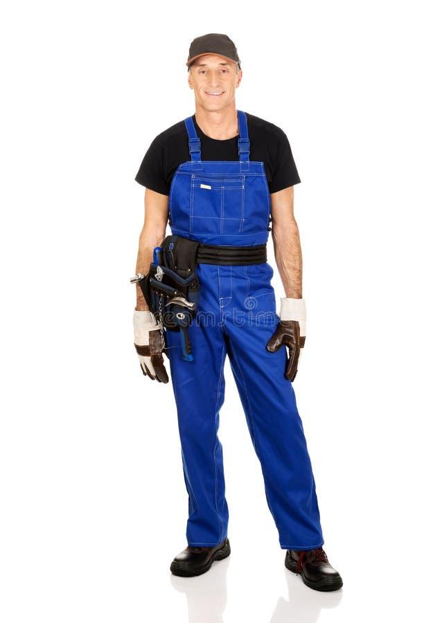 Travailleur mûr intégral avec la ceinture d'outil photographie stock