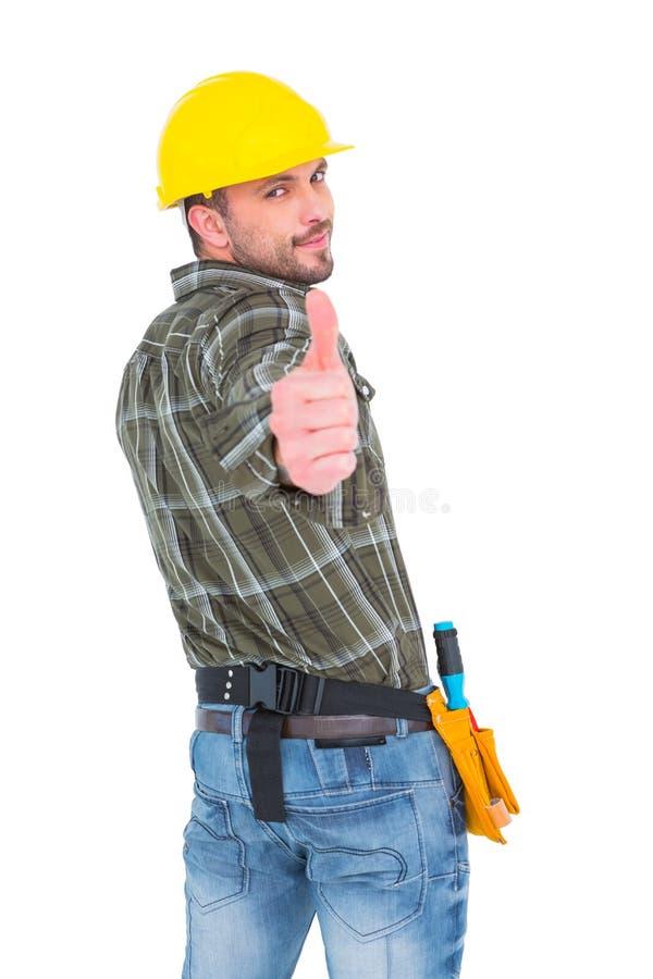 Travailleur manuel sûr faisant des gestes le pouce  photo stock
