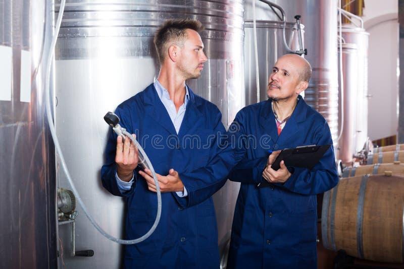 Travailleur prenant des notes dans la section de fermentation photographie stock libre de droits