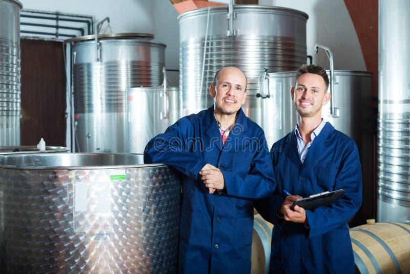 Travailleur prenant des notes dans la section de fermentation images stock