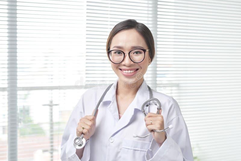 Travailleur professionnel amical de soins de santé Visite patiente image libre de droits