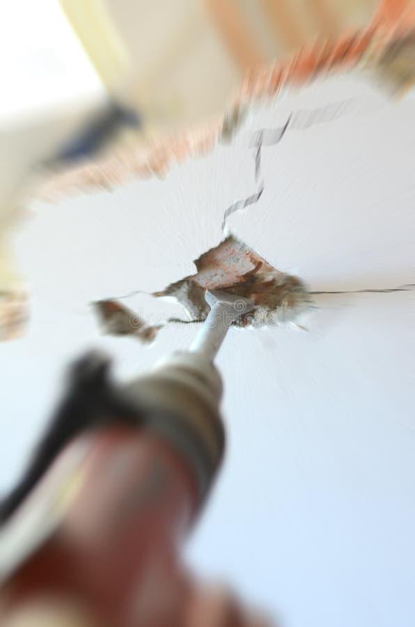 Travailleur professionnel dans le chantier de construction utilisant le marteau piqueur photo libre de droits