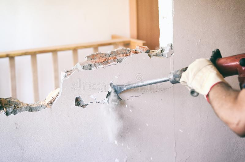 Travailleur professionnel dans le chantier de construction utilisant le marteau piqueur image stock