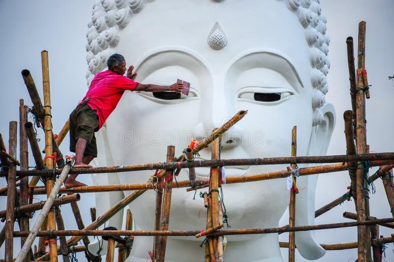 Travailleur rénovant l'image blanche énorme de Bouddha photos libres de droits