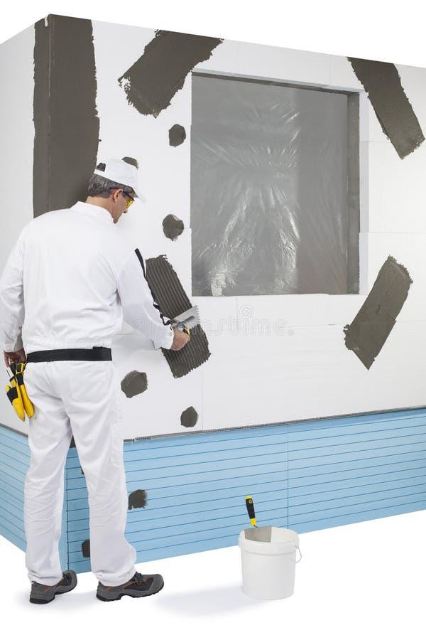 Travailleur renforçant un châssis de fenêtre photo libre de droits