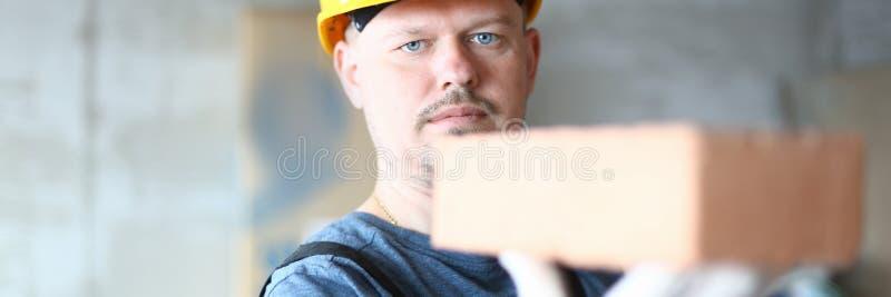 Travailleur sérieux à hardhat photo stock