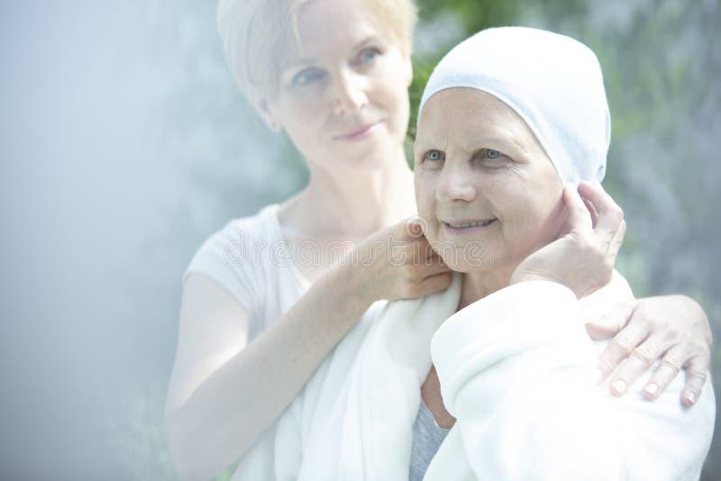 Travailleur social aidant la femme malade avec le cancer photo libre de droits
