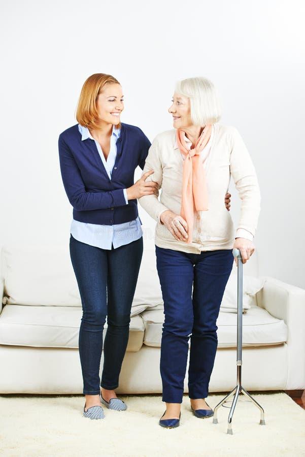 Travailleur social d'aîné de aide de service de soins photos libres de droits