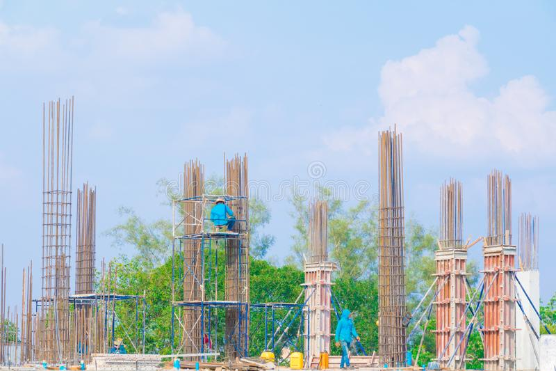 Travailleur sur l'échafaudage dans le chantier de construction image libre de droits