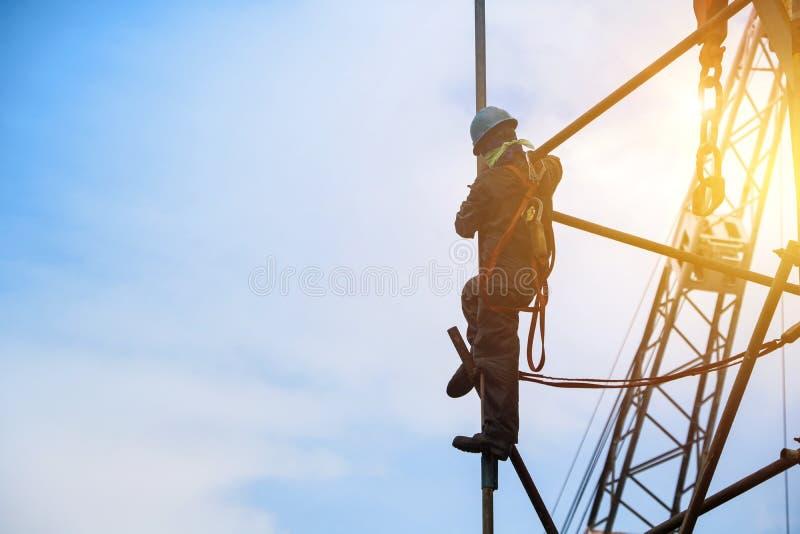 Travailleur sur la haute à l'échafaudage avec le coucher du soleil photos libres de droits