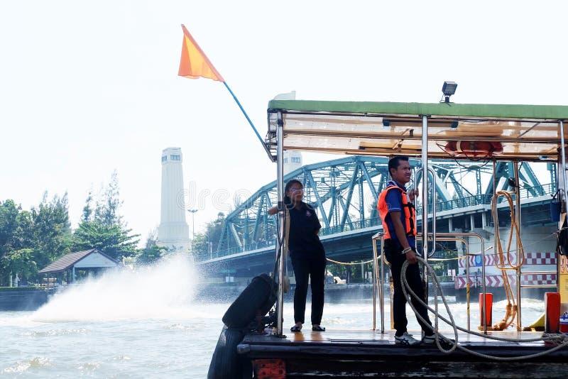 Travailleur sur le bateau en Chao Phraya River, Thaïlande photo libre de droits