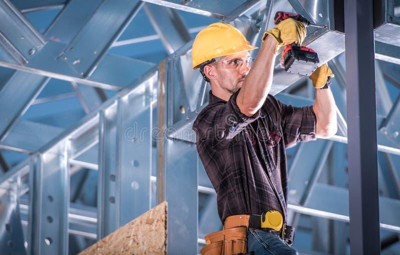 Travailleur sur le cadre de construction photos stock