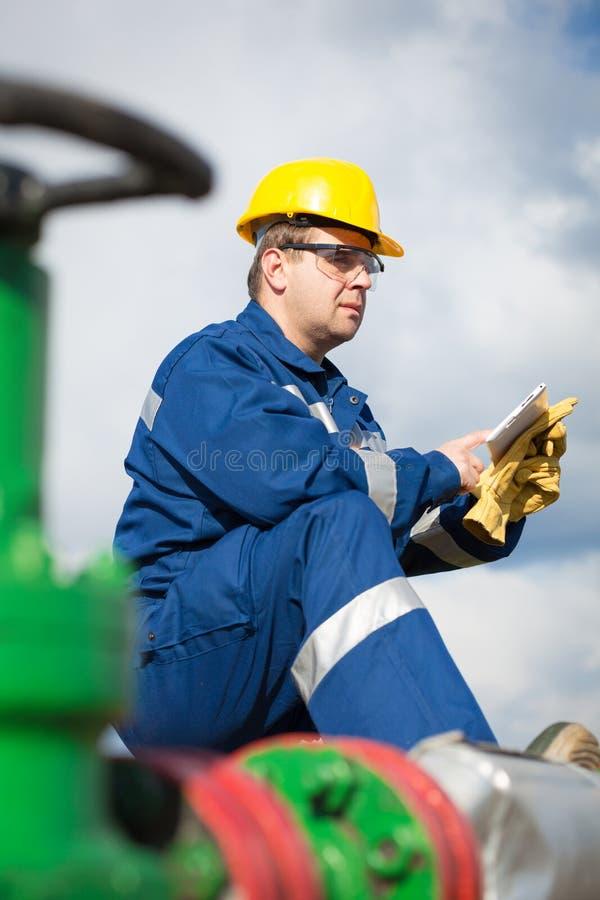 Travailleur sur le gisement de pétrole photo libre de droits