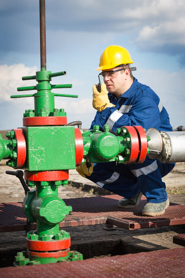 Travailleur sur le gisement de pétrole photos libres de droits