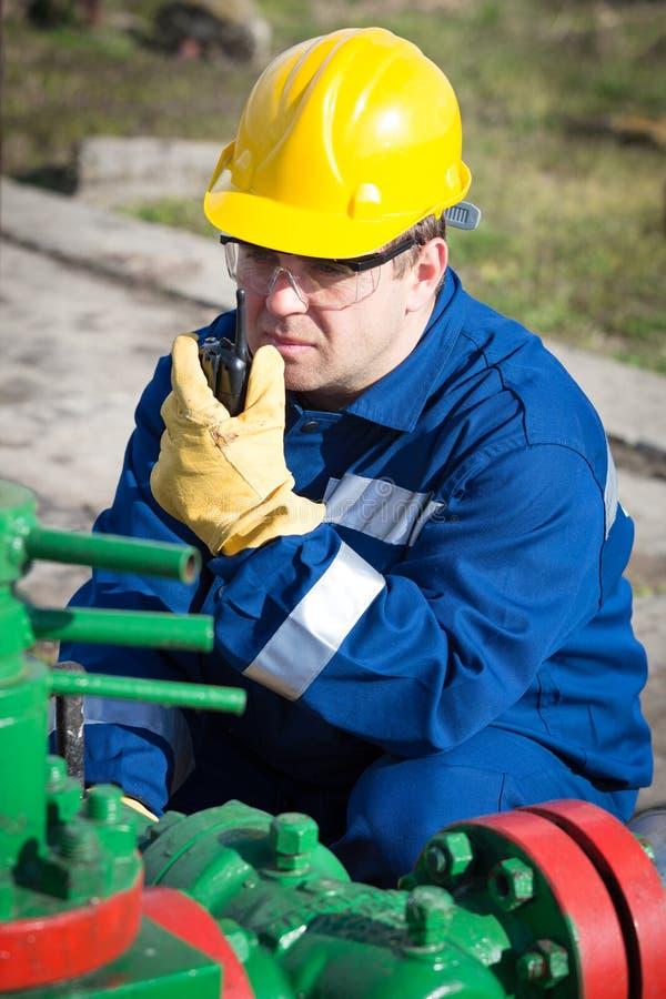 Travailleur sur le gisement de pétrole images libres de droits