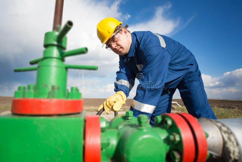 Travailleur sur le gisement de pétrole photo stock