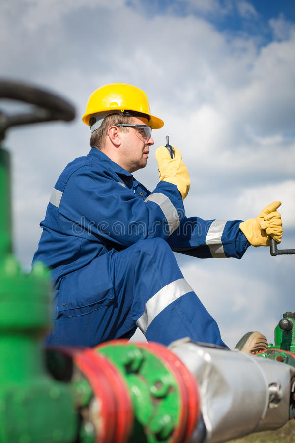 Travailleur sur le gisement de pétrole photographie stock libre de droits