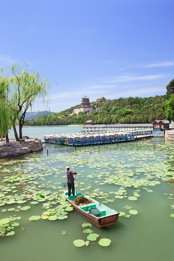 Travailleur sur un bateau dans le lac kunming, palais d'été, Pékin, Chine images libres de droits