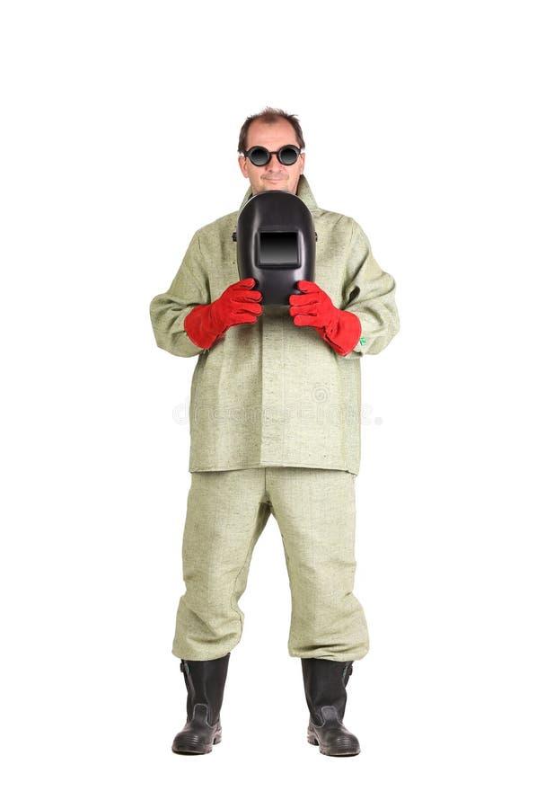 Travailleur tenant le masque protecteur de soudeuse image stock