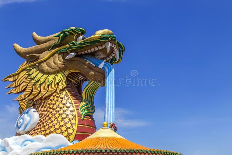 Travailleur travaillant au temple de Chinois de toit image libre de droits