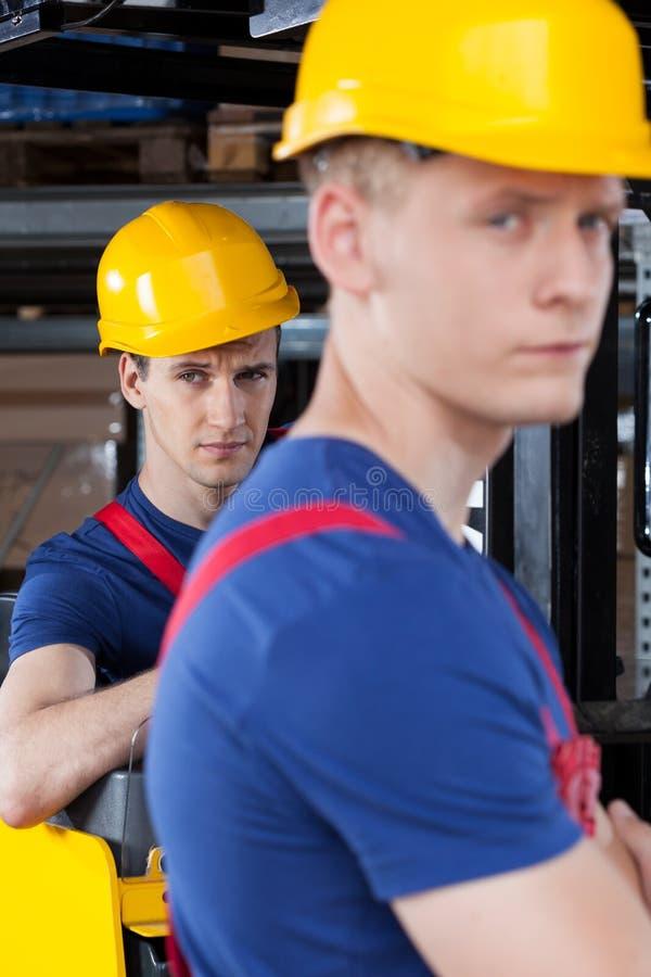Download Travailleurs à Côté De Chariot élévateur Photo stock - Image du beau, séance: 45362246